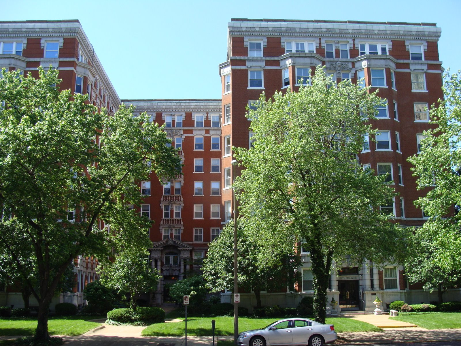 A Beautiful Apartment Building On Lindell St Louis Patina
